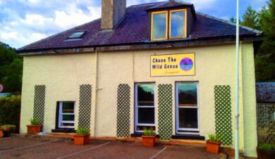 Chase the wild goose hostel fort-william external view showing sign